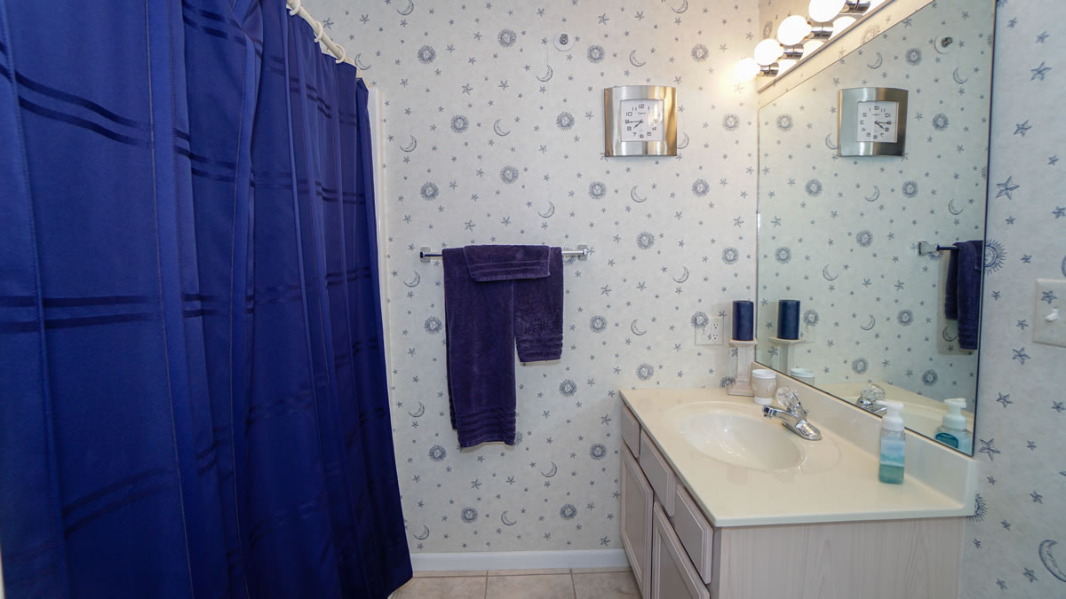 Lake Ozark, MO Condo Guest Bathroom2